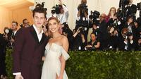 Shawn Mendes dan Hailey Baldwin. (JAMIE MCCARTHY / GETTY IMAGES NORTH AMERICA / AFP)
