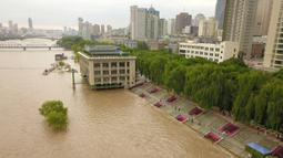 Foto dari udara memperlihatkan dermaga yang terendam banjir Sungai Kuning di Chengguan, Kota Lanzhou, Provinsi Gansu, China, Selasa (21/7/2020). Stasiun hidrologi Lanzhou di Sungai Kuning menyaksikan banjir kedua tahun ini dengan aliran air mencapai 3.000 meter kubik per detik. (Xinhua/Fan Peishen)