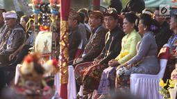 Presiden Joko Widodo dan Ibu Negara Iriana  menyaksikan Karnaval Budaya Bali di kawasan Nusa Dua, Bali, Jumat (12/10). Karnaval tersebut untuk mengenalkan kepada delegasi IMF - WB Group 2018 tentang budaya Bali. (Liputan6.com/Angga Yuniar)
