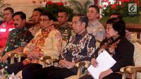 Presiden Joko Widodo (dua kanan) didampingi Menko Polhukam Wiranto (dua kiri), Menhut Siti Nurbaya (kanan), dan Panglima TNI Marsekal Hadi Tjahjanto saat Rapat Koordinasi Nasional Pengendalian Kebakaran Hutan dan Lahan di Istana Negara, Jakarta, Selasa (6/8/2019). (Liputan6.com/Angga Yuniar)