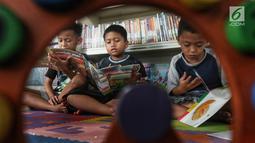 Anak-anak membaca buku di Ruang Perpustakaan RPTRA Kebon Sirih, Jakarta, Kamis (4/4). Gerakan Baca Jakarta dibuat untuk menumbuhkan generasi cerdas yang gemar membaca serta sadar literasi. (Liputan6.com/JohanTallo)