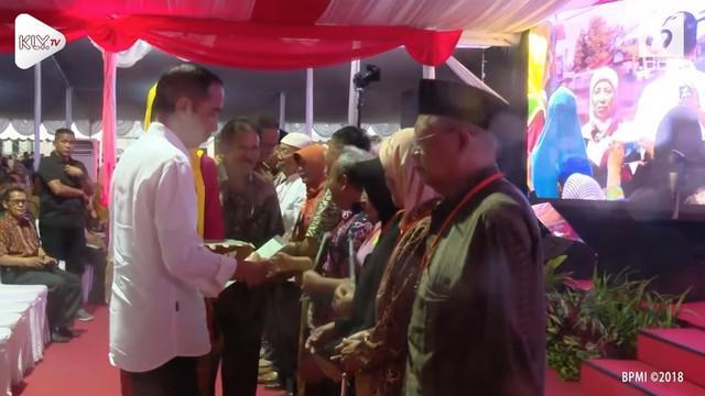 Presiden Joko Widodo mengaku heran banyak politisi mengomentari rencana pemberian Dana Kelurahan mulai tahun depan. Ia bahkan menyebut para politisi itu dengan sebutan politisi sontoloyo.