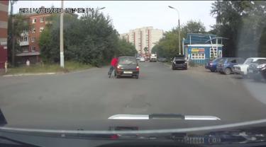 Lupa Pasang Rem Tangan, Seorang Wanita Terpaksa 'Kejar' Mobilnya