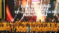 Ketua Umum Partai Hanura Oesman Sapta Odang (tengah) foto bersama Ketua DPD Partai Hanura se-Indonesia di sela rapat koordinasi di Jakarta, Rabu (6/6). Rapat membahas komunikasi dan koordinasi DPD Partai Hanura se-Indonesia. (Liputan6.com/JohanTallo)