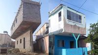 6 Desain Rumah 2 Lantai Ini Tak Biasa, Nyeleneh Banget (sumber: Instagram.com/sukijan.id dan 1cak.com)