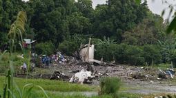 Puing - puing pesawat kargo buatan Rusia yang jatuh di wilayah Juba, Sudan Selatan, Rabu (4/11/2015). Pesawat jatuh tak lama setelah lepas landas dari dari ibukota Sudan Selatan. (AFP PHOTO/Charles Lomodong)