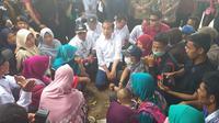 Presiden Joko Widodo atau Jokowi mengunjungi wilayah Kecamatan Rajabasa, Lampung Selatan. Wilayah ini adalah salah satu yang diterjang tsunami Selat Sunda. (dok. Merdeka.com)