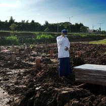 Keluarga mengadzani korban COVID-19 warga Tangerang Selatan yang meninggal di Bandung di TPU Jombang, Tangerang Selatan, Banten, Senin (21/6/2021). Pasca-Lebaran, kasus kematian akibat COVID-19 di Tangerang Selatan meningkat rata-rata 20 persen. (merdeka.com/Arie Basuki)