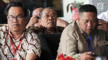 Ketua DPRD Sumatera Utara dari Partai Golkar, Wagirin Arman yang juga sebagai tersangka menunggu di lobi gedung KPK, Jakarta, Senin (9/4). Wagirin diperiksa sebagai saksi tersangka Anggota DPRD Sumut, Ferry Suando Tanuray Kaban . (Merdeka.com/Dwi Narwoko)
