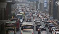 Antrean kendaraan melintasi ruas Tol Jakarta-Cikampek, Bekasi, Rabu (13/6). Pada H-2 Lebaran, kepadatan di ruas tol Jakarta-Cikampek disebabkan karena penyempitan jalur, lantaran ada proyek pembangunan LRT dan Tol Elevated. (Merdeka.com/Iqbal S. Nugroho)