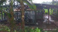 Rumah panggung semi permanen tinggal menyisakan rangka setelah terbakar akibat sambaran kilat (Liputan6.com/Jayadi Supriadin)