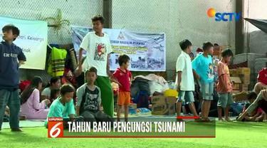 Jelang tahun baru ratusan orang korban tsunami Banten masih bertahan di pengungsian. Sementara proses evakuasi masih terus dilakukan.