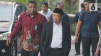 Bupati Sidoarjo Saiful Ilah (berpeci) berjalan saat tiba di gedung KPK, Jakarta, Rabu (8/1/2020). Bupati Sidoarjo Saiful Ilah beserta beberapa orang lainnya terjaring operasi tangkap tangan (OTT) KPK yang diduga terkait pengadaan barang dan jasa. (merdeka.com/Dwi Narwoko)