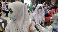 Vaksinasi Massal di Batam, BIN Sasar Pelajar SMP dan SMA. (Foto: Liputan6.com/Ajang Nurdin)