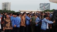 Jokowi saat dikerubuti para PNS yang ingin ber-swafoto dengan dirinya (Liputan6.com/Anen