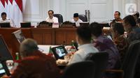 Presiden Joko Widodo didampingi Wakil Presiden Ma'ruf Amin memimpin rapat terbatas (ratas) di Kantor Presiden, Jakarta, Rabu (30/10/2019). Ratas perdana dengan jajaran menteri Kabinet Indonesia Maju itu membahas Penyampaian Program dan Kegiatan di Bidang Perekonomian. (Liputan6.com/Angga Yuniar)