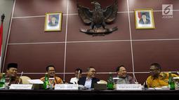 Ketua MPR Zulkifli Hasan (tengah) sebelum menggelar rapat gabungan pimpinan MPR di Kompleks Parlemen, Jakarta, Rabu (24/7/2019). Rapat membahas persiapan Sidang Tahunan MPR 16 Agustus mendatang dan persiapan Sidang Akhir Masa Jabatan MPR  periode 2014-2019. (Liputan6.com/Johan Tallo)