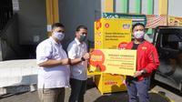 Indosat Ooredoo memberikan bantuan alat pelindung diri (APD) kepada petugas medis.