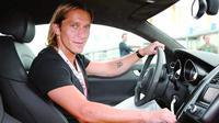 Bek kanan Real Madrid, Michel Salgado tengah mengendarai mobil mewahnya setelah menjalani latihan. (leblogauto)