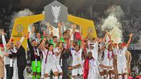 Para pemain Qatar merayakan gelar juara Piala Asia 2019 usai mengalahkan Jepang pada laga final di Stadion Zayed Sports City, Abu Dhabi, Jumat (1/2). Qatar menang 3-1 atas Jepang. (AFP/Giuseppe Cacace)