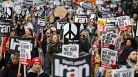 Para demonstran mengikuti aksi protes menentang ancaman perang dengan Iran, di London, Inggris (11/1/2020). Ancaman perang muncul setelah militer AS, atas perintah Presiden Donald Trump, melakukan serangan militer di dekat Bandara Internasional Baghdad, Irak. (AFP/Tolga Akmen)