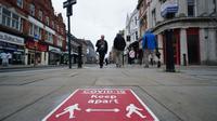 Warga melintas di jalan di Bolton, Greater Manchester, Inggris (2/9/2020).  Menurut BBC, sejumlah wilayah di Greater Manchester tidak akan melonggarkan pembatasan lockdown sesuai rencana awal karena pemerintah membatalkannya. (Xinhua/Jon Super)