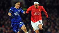 1. Carlos Tevez - Duet nya bersama Ronaldo dan Rooney membentuk trio ideal saat membela Manchester United. Sedangkan duetnya bersama Messi di timnas Argentina begitu ditakuti oleh lawan. (AFP/Andrew Yates)