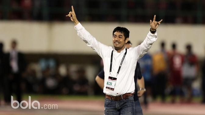 Pelatih Nilmaizar di Stadion Manahan, Solo. Jumat (26/2/2017). (Bola.com/Nicklas Hanoatubun)