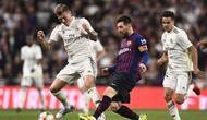 Lionel Messi melakukan operan pendek pada laga semfinal Copa Del Rey yang berlangsung di stadion Santiago Bernabeu, Madrid, Kamis (28/2). Barcelona menang 3-0 atas Real Madrid. (AFP/Oscar Del Pozo)