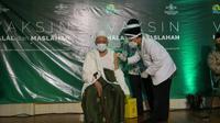 PWNU Jatim menggelar vaksinasi untuk kiai dan tokoh NU. (Dian Kurniawan/Liputan6.com)