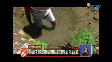 Para petani pun terpaksa menunggu berjam-jam, bahkan seharian untuk mendapatkan air sisa sungai yang disedot melalui mesin diesel.