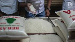 Tim Satgas Pangan Polda Metro Jaya dan Perum Bulog mengecek kualitas beras saat melakukan peninjauan di Pasar Tomang Barat, Jakarta, Rabu (21/11). Kegiatan tersebut untuk memantau stabilitas harga beras medium di pasaran. (Liputan6.com/Faizal Fanani)