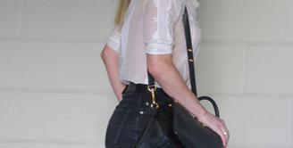 Setelah resmi bercerai dari Johnny Depp, Amber Heard kembali terlihat di depan publik. Tampilannya kali ini menarik perhatian, lantaran Heard mengenakan pakaian transparan tanpa bra. (doc.dailymail.com)