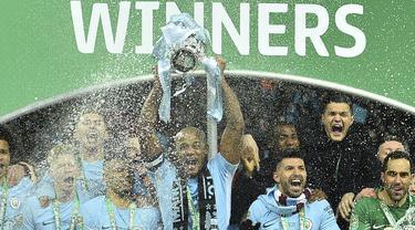 Para pemain Manchester City merayakan gelar juara Piala Liga usai mengalahkan Arsenal di Stadion Wembley, London, Minggu (25/2/2018). City menang 3-0 atas Arsenal. (AFP/Glyn Kirk)