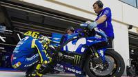 Pebalap Movistar Yamaha, Valentino Rossi, mengecek motornya saat sesi latihan MotoGP Aragon di Sirkuit Aragon, Spanyol, Sabtu (21/9/2018). Pada sesi latihan ini, pria Italia itu hanya menduduki posisi kesembilan. (AFP/Jose Jordan)