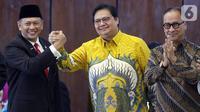 Ketua MPR RI periode 2019-2024 Bambang Soesatyo (kiri) berjabat tangan dengan Ketua Umum Partai Golkar Airlangga Hartarto (kanan) usai Rapat Paripurna MPR di kompleks parlemen, Jakarta, Kamis (3/10/2019). (Liputan6.com/Johan Tallo)
