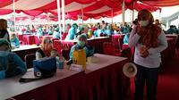 Ribuan warga Kota Bekasi ikut kegiatan vaksinasi massal Covid-19 di Stadion Patriot Candrabhaga Kota Bekasi. (Foto: Istimewa)