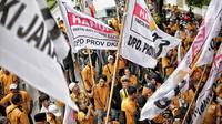 Massa dari kader dan simpatisan Partai Hanura berdemonstrasi di depan kantor KPU RI, Jakarta, Senin (21/1). Mereka menuntut dimasukkannya nama Oesman Sapta Odang (OSO) dalam daftar calon tetap (DCT) anggota DPD RI 2019. (Liputan6.com/Faizal Fanani)