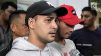 Ekspresi aktor Riza Shahab saat memberi keterangan usai menjalani pemeriksaan oleh BNN di Polda Metro Jaya, Jakarta, Jumat (13/4). Riza Shahab mengaku menyesal telah menggunakan narkoba. (Liputan6.com/Faizal Fanani)