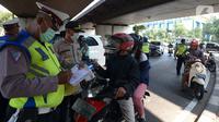 Polisi menilang pengendara motor saat Operasi Zebra Jaya 2019, Jakarta Barat, Jumat (1/11/2019). Operasi Zebra Jaya digelar hingga 5 November 2019. (merdeka.com/Imam Buhori)