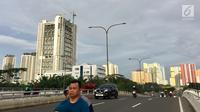 Gedung apartemen berjajar di kawasan Kemayoran, Jakarta, Jumat (19/1). Konsultan properti Savills Indonesia memperkirakan pasokan apartemen baru di Jakarta akan bertambah 70.000 unit dalam rentang tahun 2018-2021. (Liputan6.com/Immanuel Antonius)