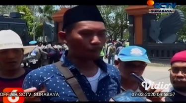 Ribuan petani tambak di Lamongan, Jawa Timur menggelar aksi unjuk rasa menolak Peraturan Menteri Pertanian Nomor 01 Tahun 2020 mengenai pupuk bersubsidi di kantor DPRD dan Kantor Bupati setempat.