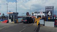 Setelah mengalami kerusakan akibat diterjang ombak pantai yang sangat besar pada Minggu (12/5/2019) lalu, Dermaga Ponton Pelabuhan Penyeberangan Ketapang akhirnya dioperasikan kembali pada Selasa (14/5/2019) sore. (Liputan6.com/ Dian Kurniawan)