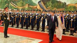 Raja Arab Saudi Salman bin Abdulaziz al-Saud bersama Presiden China Xi Jinping mengikuti upacara penyambutan di Beijing, China (16/3). Raja Salman kunjungi China sebagai bagian dari tur Kerajaan Arab Saudi ke beberapa negara. (AP Photo / Ng Han Guan)