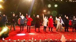 Sejumlah artis dan seniman Korea Utara memeriahkan pertunjukan Tahun Baru 2019 di Kim Il Sung Square, Pyongyang, Selasa (1/1). Grup seni hingga opera memeriahkan perayaan Tahun Baru 2019 di Korea Utara. (AP Photo/Jon Chol Jin)