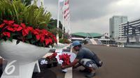 Pekerja melakukan perawatan taman Komplek Parlemen Senayan, Jakarta (9/8). Perawatan dilakukan jelang pelaksanaan Sidang Tahunan MPR Tahun 2016 yang akan dihadiri oleh Presiden Joko Widodo dan sejumlah tamu kenegaraan. (Liputan6.com/Johan Tallo)