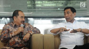 Menko Polhukam, Wiranto (kanan) berbincang bersama Kepala PPATK Kiagus Ahmad Badaruddin saat memberi keterangan usai memimpin pertemuan dengan sejumlah menteri dan Kepala PPATK di Jakarta, Selasa (29/8). (Liputan6.com/Helmi Fithriansyah)