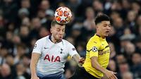 Duel udara bek Tottenham Hotspur, Toby Alderweireld dan pemain Borussia Dortmund, Jadon Sancho pada leg pertama 16 besar Liga Champions di Stadion Wembley, London, Rabu (13/2). Tottenham Hotspur menang telak 3-0 atas Borussia Dortmund. (AP/Frank Augstein)