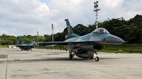 Pesawat tempur F-16 Lanud Roesmin Nurjadin Pekanbaru yang diberangkatkan untuk menjaga kedaulatan Indonesia di Laut Natuna. (Liputan6.com/M Syukur)