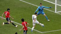 Striker Uruguay, Luis Suarez, melepaskan tendangan ke gawang Mesir pada laga Piala Dunia di Stadion Ekaterinburg, Jumat (15/6/2018). Uruguay menang 1-0 atas Mesir. (AP/Vadim Ghirda)